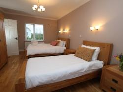 kilmuckridge-holiday-homes-wexford-luxury-self-catering-twin-bedroom (29)