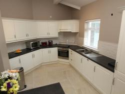 kilmuckridge-holiday-homes-wexford-luxury-self-catering-kitchen (16)