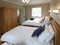 kilmuckridge-holiday-homes-wexford-luxury-self-catering-family-bedroom (4)