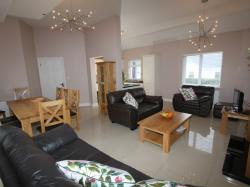 kilmuckridge-holiday-homes-wexford-luxury-self-catering-family-room-living-space (20)