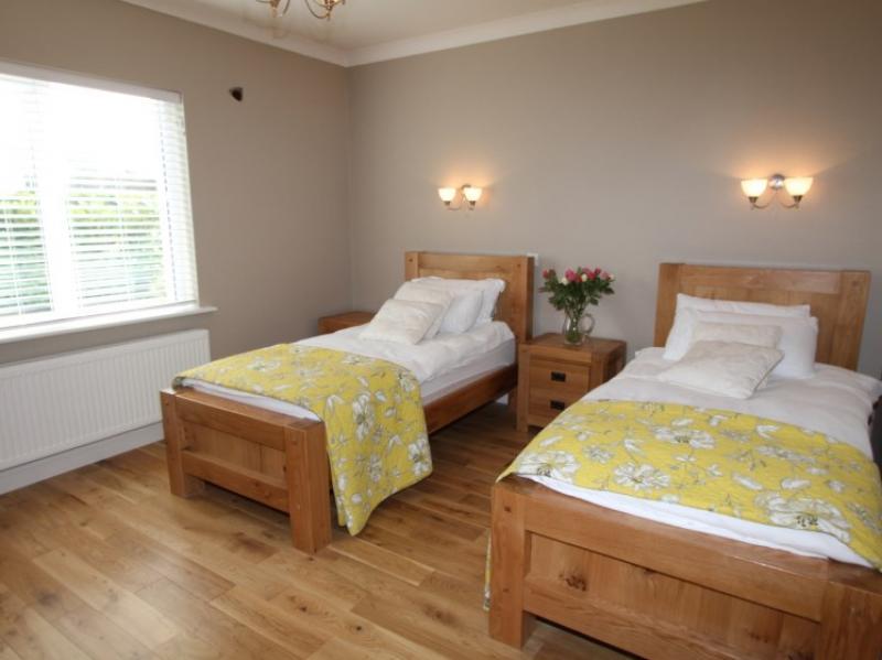 kilmuckridge-holiday-homes-wexford-luxury-self-catering-family-bedroom (9)