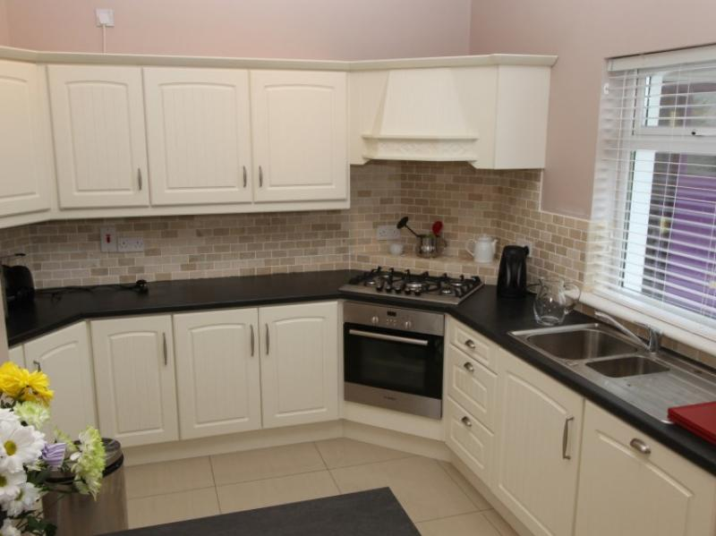 kilmuckridge-holiday-homes-wexford-luxury-self-catering-kitchen (25)