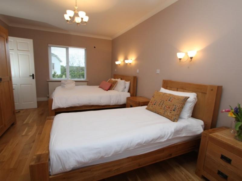 kilmuckridge-holiday-homes-wexford-luxury-self-catering-twin-bedroom (29)