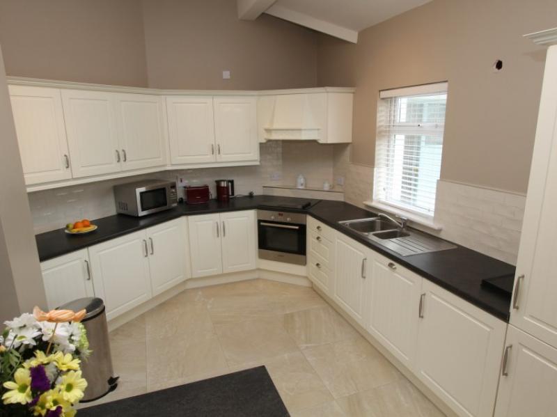 kilmuckridge-holiday-homes-wexford-luxury-self-catering-kitchen (16)