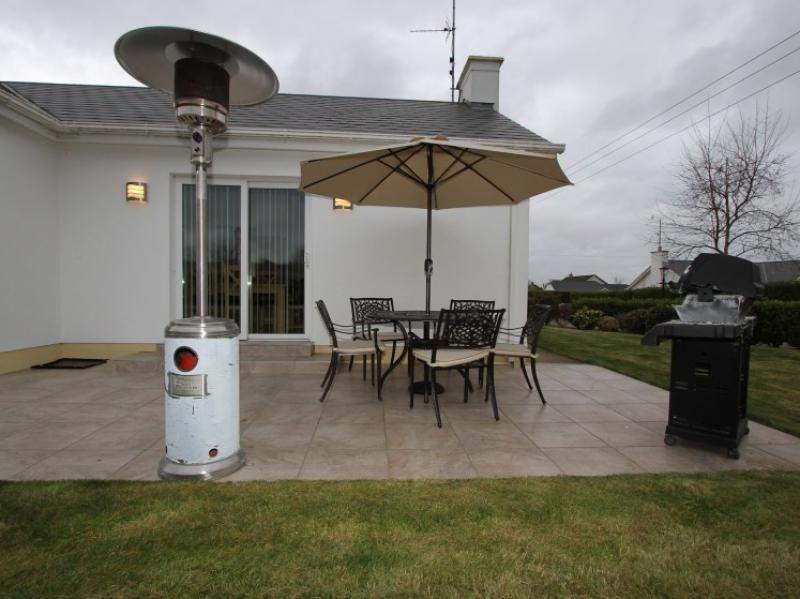 kilmuckridge-holiday-homes-wexford-private-gated-complex-outdoor-entertainment-patio (31)
