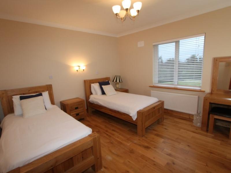 kilmuckridge-holiday-homes-wexford-luxury-self-catering-family-bedroom (39)