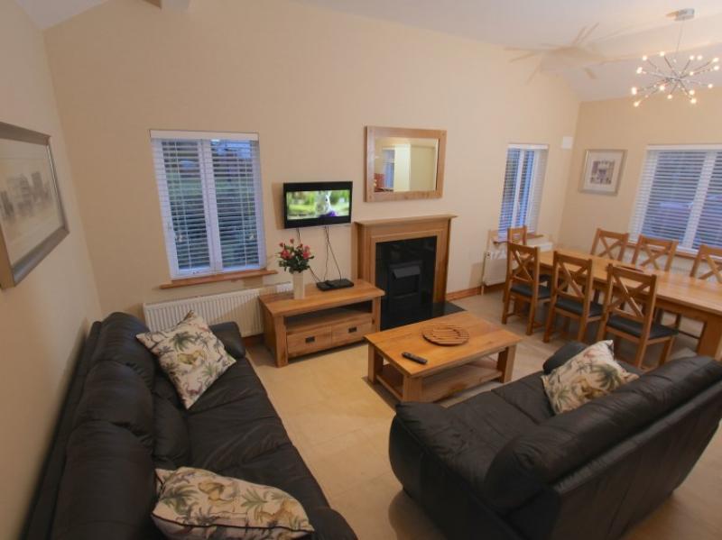 kilmuckridge-holiday-homes-wexford-luxury-self-catering-family-room-open-plan (48)