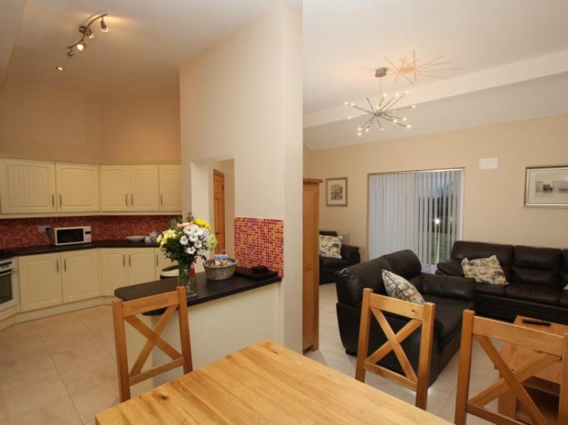 kilmuckridge-holiday-homes-wexford-luxury-self-catering-kitchen-dining (44)