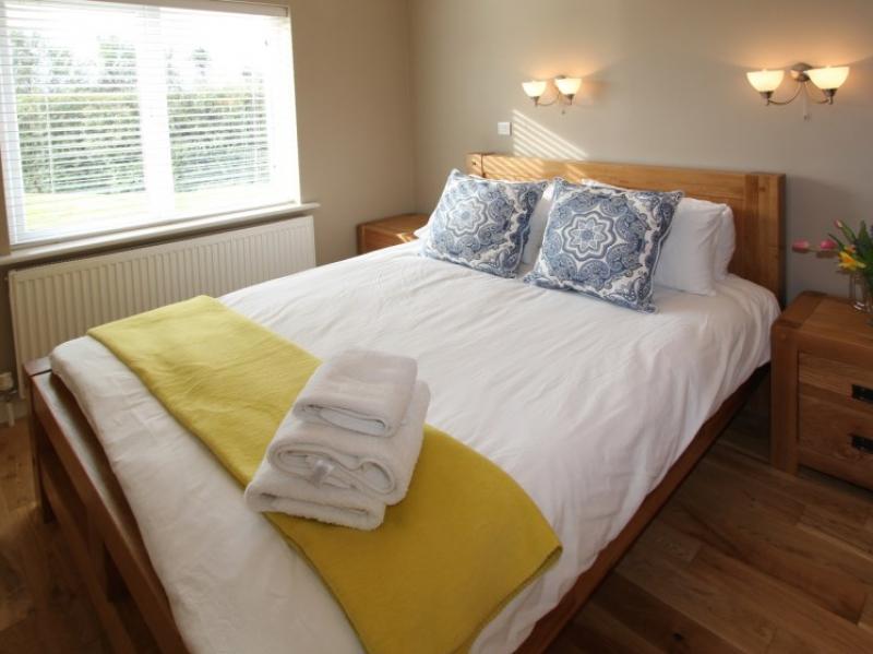kilmuckridge-holiday-homes-wexford-luxury-self-catering-master-bedroom (7)