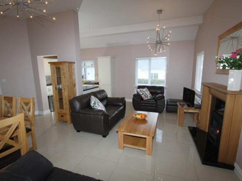 kilmuckridge-holiday-homes-wexford-luxury-self-catering-living-space (21)