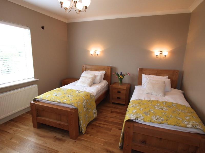 kilmuckridge-holiday-homes-wexford-luxury-self-catering-twin-bedroom (1)