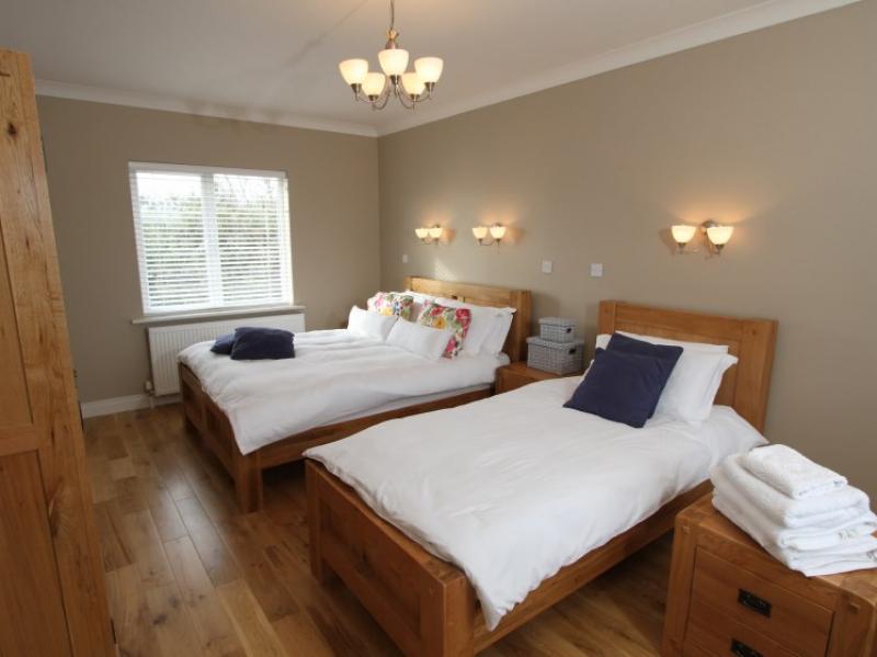 kilmuckridge-holiday-homes-wexford-luxury-self-catering-family-bedroom (5)