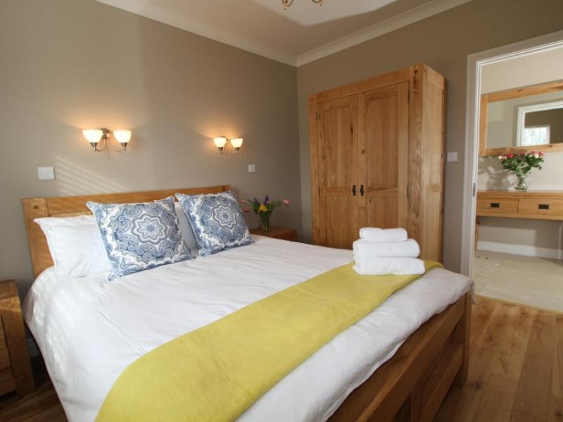 kilmuckridge-holiday-homes-wexford-luxury-self-catering-master-bedroom (6)
