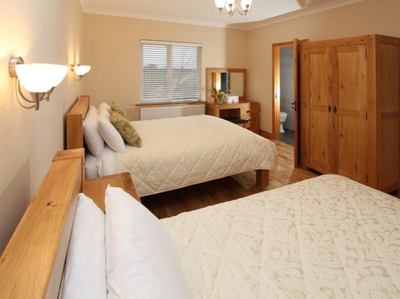 kilmuckridge-holiday-homes-wexford-luxury-self-catering-double-bedroom (32)