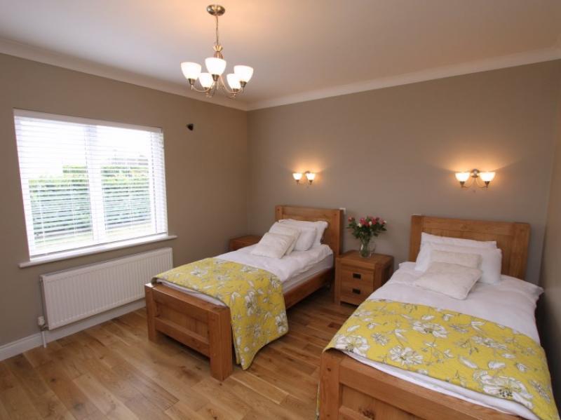 kilmuckridge-holiday-homes-wexford-luxury-self-catering-family-bedroom (13)